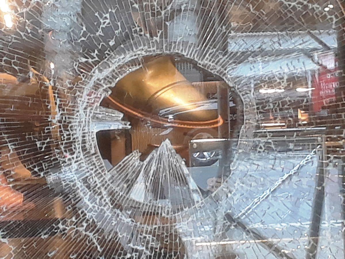 Vitrina de zapatería vandalizada en la 5ta Av