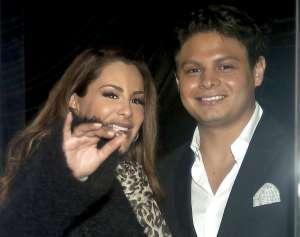Con un abrazo a su hijo, Giovanni Medina festeja el arresto a Larry Ramos