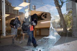 Arrestan a dos hombres en San Bernardino tras rastrear celular robado en saqueo de tienda T-Mobile