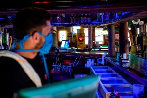 Video: Se arma tremenda golpiza en bar de Arkansas por ¡no respetar la distancia social!