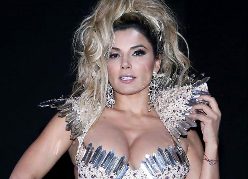 Aleida Núñez roba miradas con entallados leggins y recatado vestido