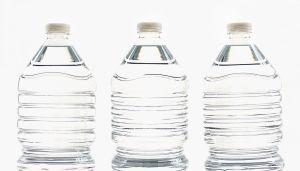 ¿Por qué no debes dejar botellas de agua bajo el sol?