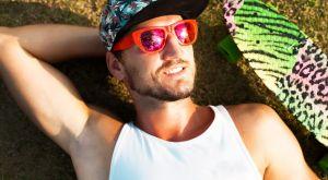 Las mejores camisillas frescas y sin mangas de hombre para usar durante el calor de verano