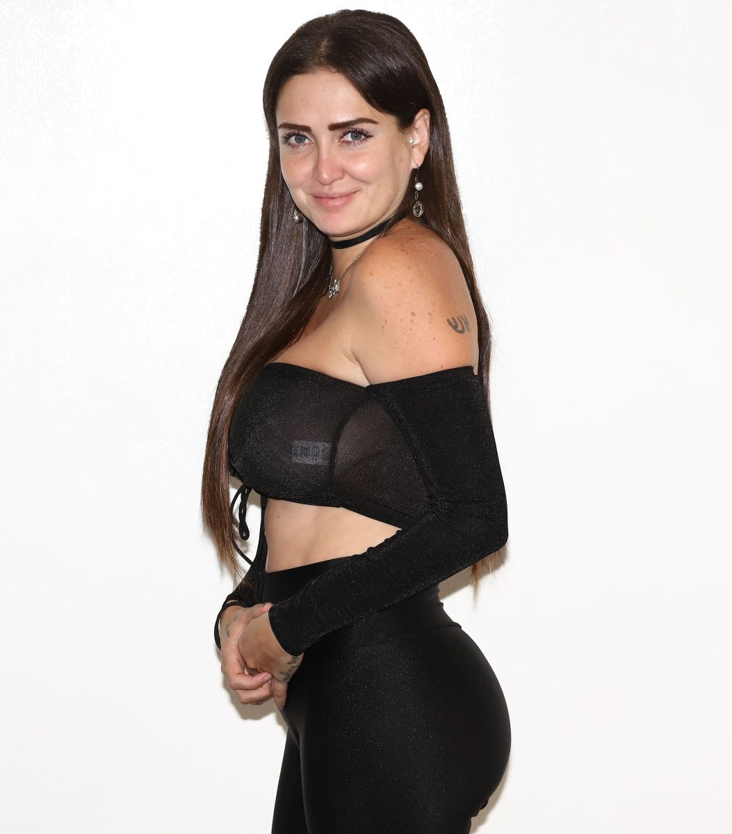 Celia Lora desnuda su cuerpo y lo cubre con anillos de compromiso para celebrar ¡10 millones de seguidores!