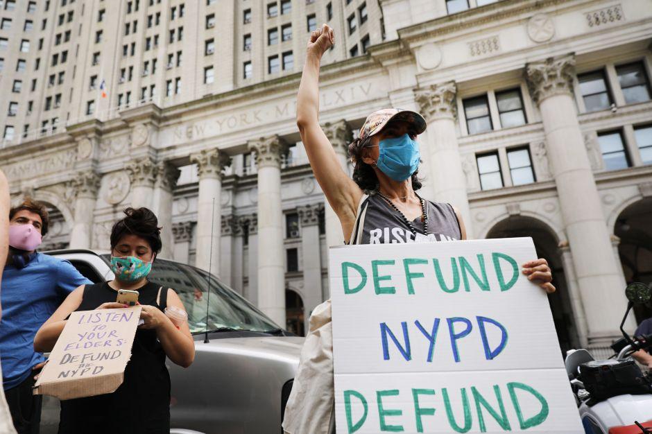Alcalde De Blasio se promete a recortar $1,000 millones del presupuesto del NYPD