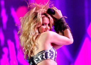 Shakira se toma las calles con su patineta