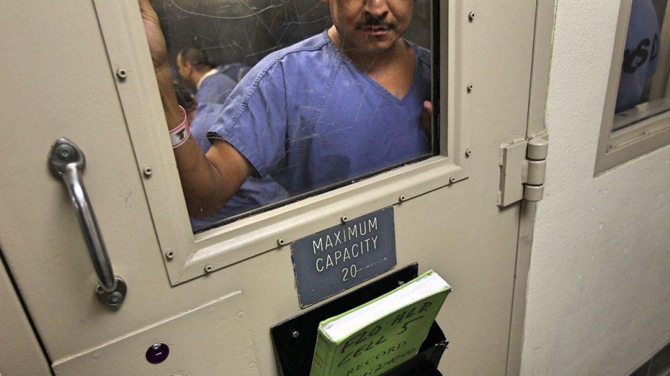 Inmigrantes denuncian abusos y ruegan por ayuda en cárcel de ICE infectada por coronavirus