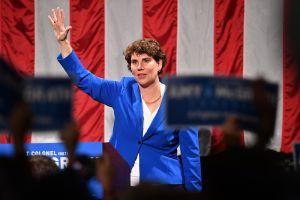 Demócrata moderada será la rival del senador Mitch McConnell en Kentucky
