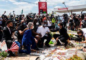 Familia de Floyd envía mensaje de paz y pide terminar destrucción en protestas