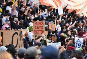 Manifestantes de NYC quedan atrapados en el puente de Manhattan. La policía espera a los dos lados