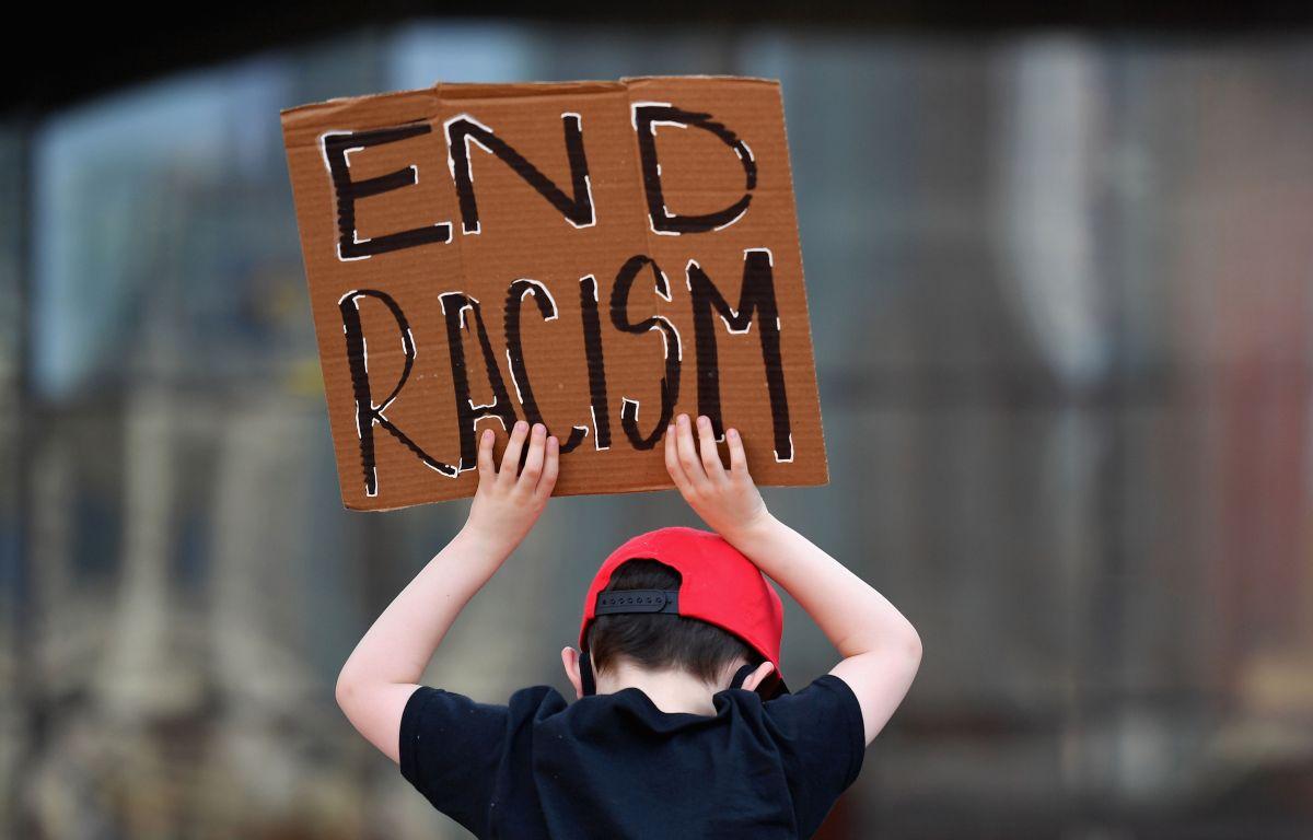 """Familia boricua llega hasta el tribunal contra vecina racista que colgó cartel con mensaje """"los negros apestan"""""""