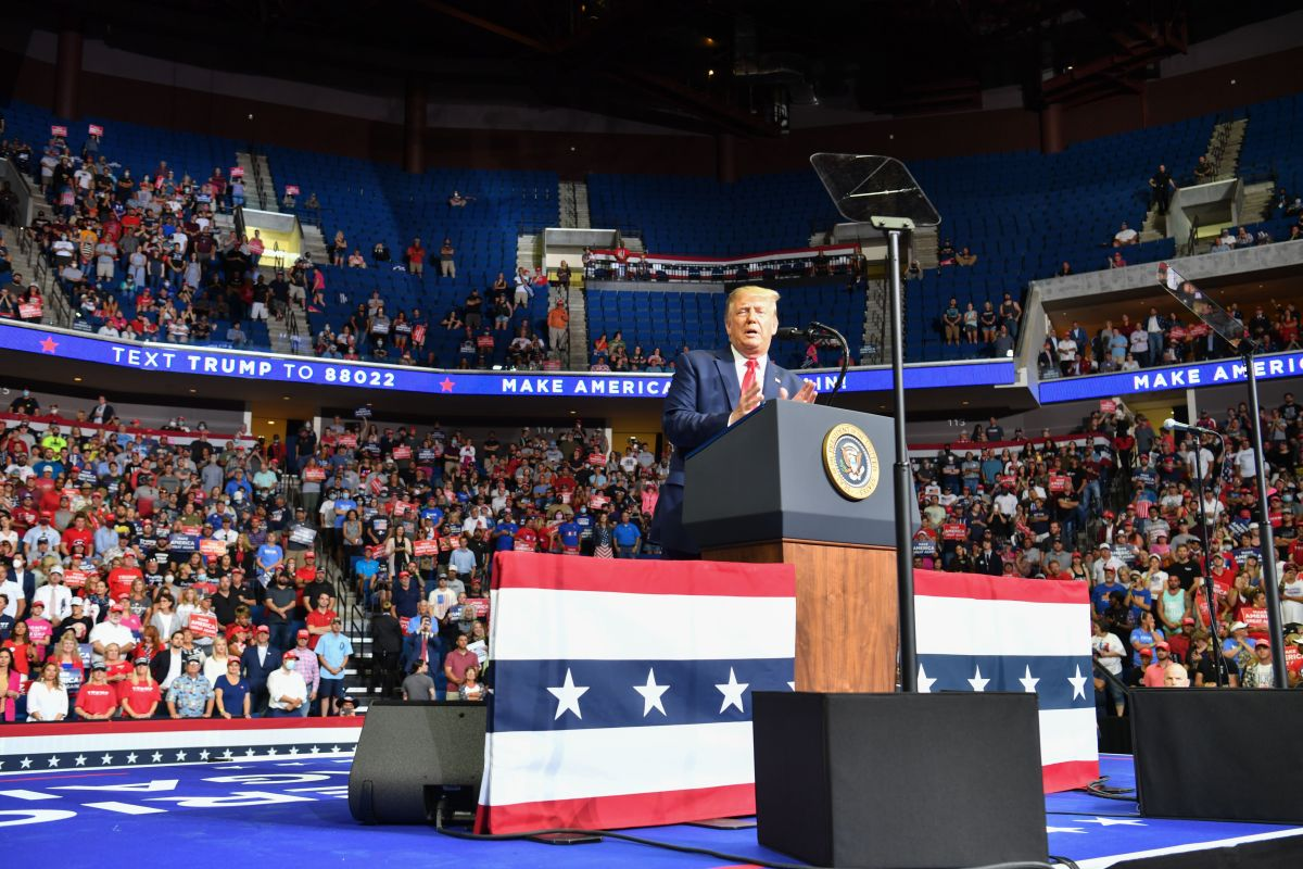 Campaña de Trump eliminó avisos sobre distanciamiento social durante mitin de Tulsa