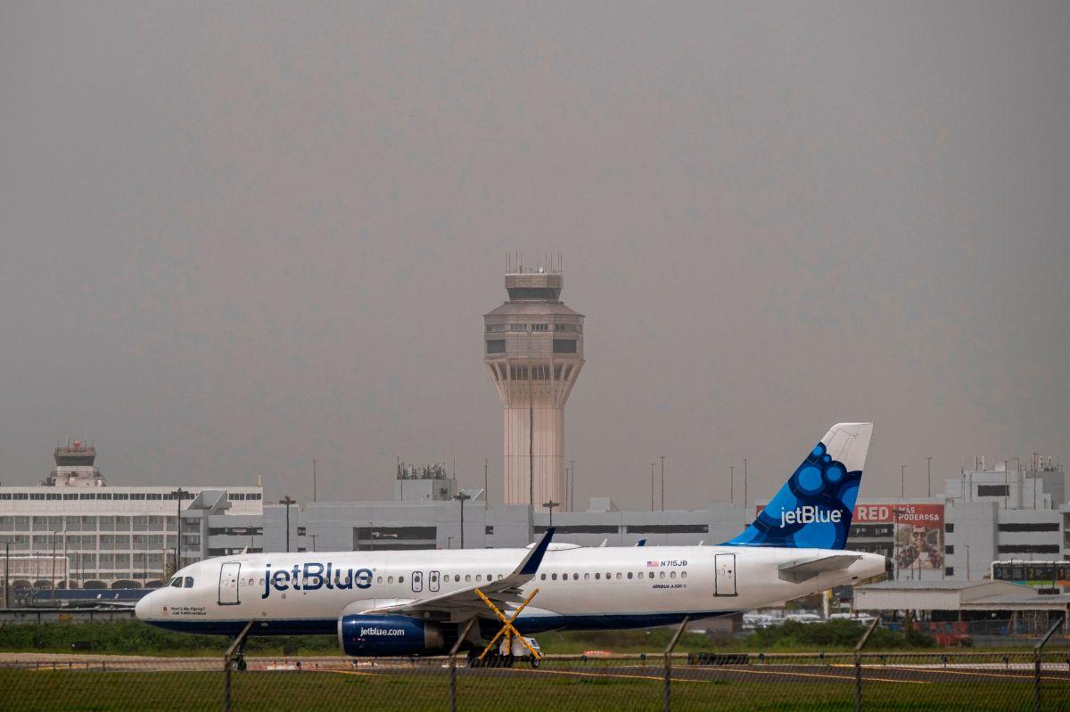 Un avión de JetBlue en la pista de aterrizaje del aeropuerto internacional Luis Muñoz Marín en Puerto Rico.