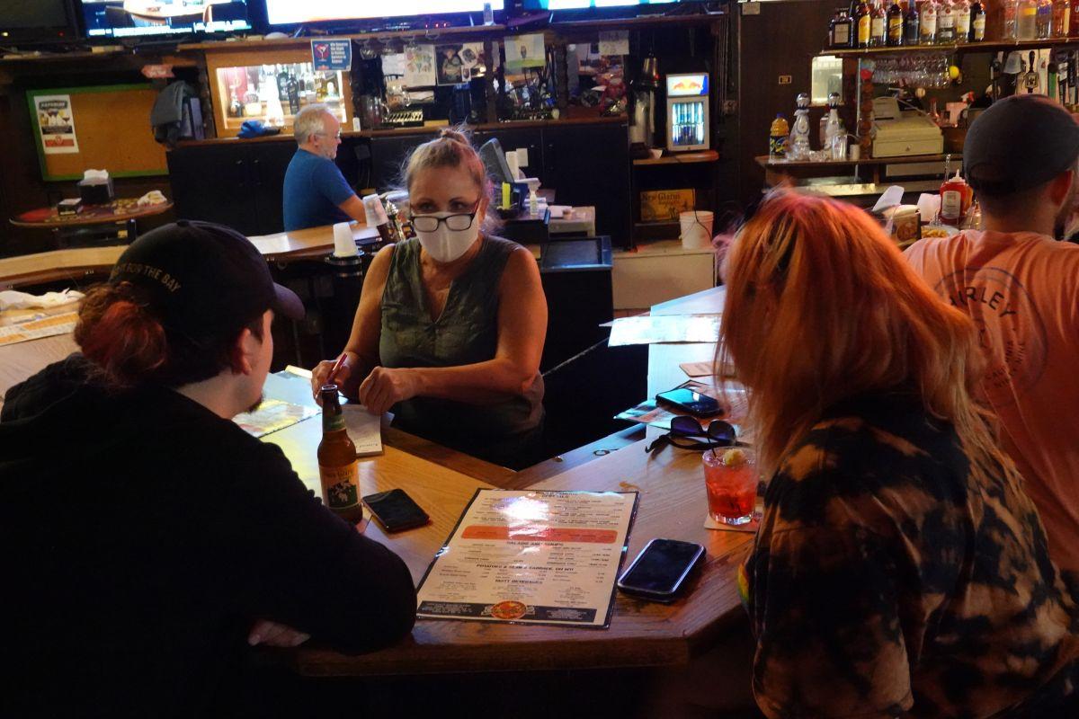 Cómo los bares se convierten en nuevas zonas fértiles para el coronavirus