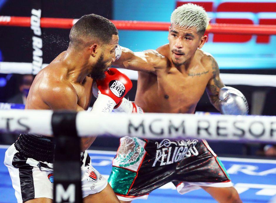 Tras recibir cinco golpes ilegales, Jessie Magdaleno gana en Las Vegas y va por el título pluma