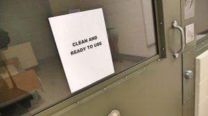 Inmigrantes en cárcel de ICE son fumigados con pesticida hasta 50 veces al día