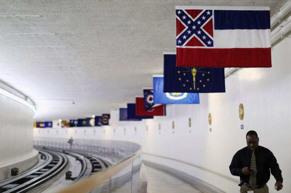 El gobernador de Mississippi firma la ley para retirar la bandera con el emblema confederado
