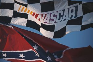 NASCAR prohíbe la exhibición de banderas confederadas en todas las pistas