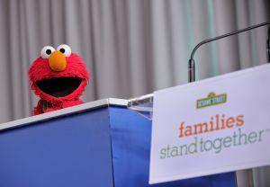 Tucker Carlson, de Fox News, culpa a Elmo por protestas contra el racismo