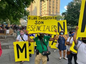Grupos pro-inmigrantes protestan en campamento de City Hall en contra de recortes a sus fondos
