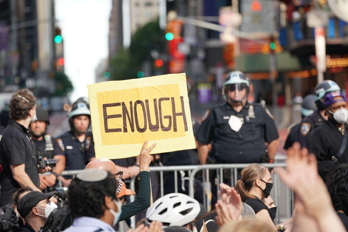 VIDEO: Policía del NYPD acusado de empujar a mujer durante protesta en Brooklyn recibe cargos
