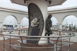 Hispano republicano pone gorra de Trump a estatua de Selena en Texas