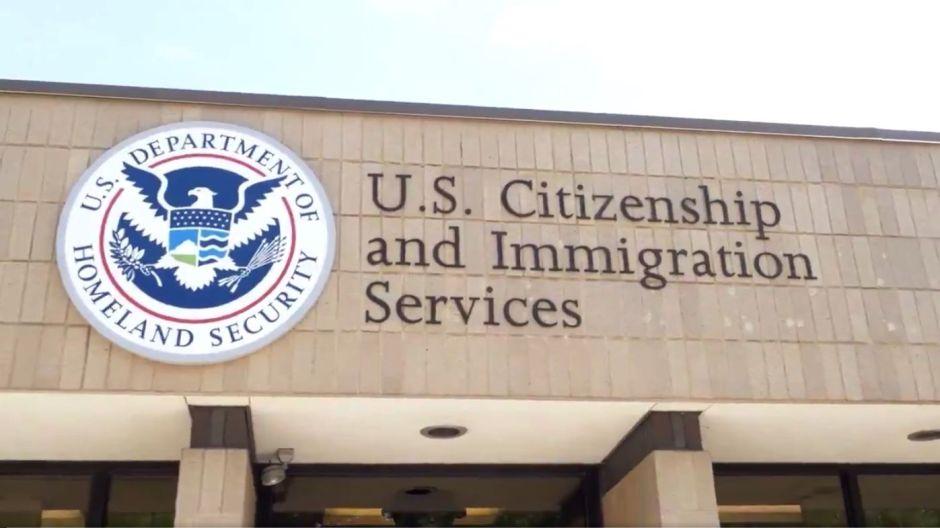 """Trump convierte a USCIS en """"carga pública"""" al desviar recursos para castigar a inmigrantes"""