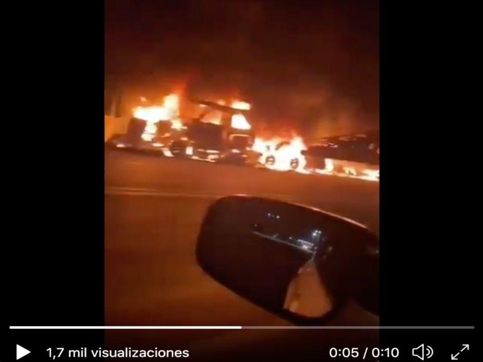 VIDEO: Narcos queman gasolinera, casas y autos tras batalla cerca de frontera con EE.UU.