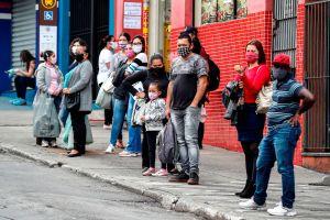 Brasil reduce muertes y contagios en medio de polémica por datos omitidos