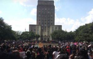 ¿Las manifestaciones causaron el reciente ascenso de casos de COVID-19 en Texas? Un alcalde dice que no