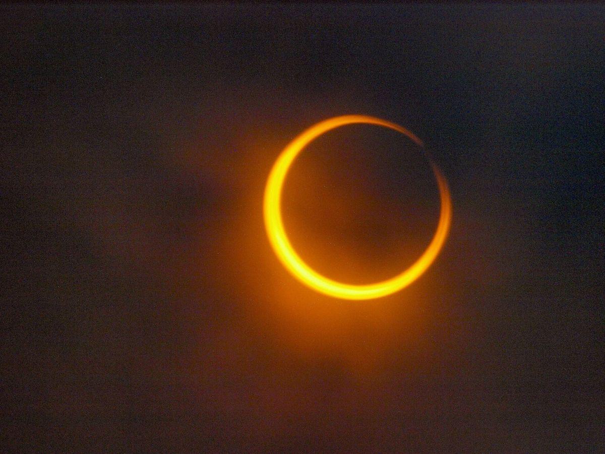 Durante un eclipse solar es recomendable apostar por aumentar el consumo de líquidos naturales, fibra, alimentos fermentados e infusiones relajantes. Estimulan la producción de serotonina.