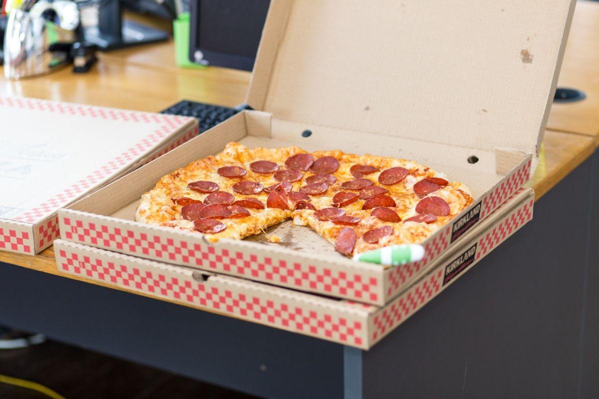 El misterioso caso del hombre que recibe todos los días decenas de pizzas desde hace 10 años