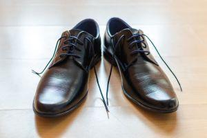 ¿Nueva realidad? Crean zapatos XL para evitar contagios de coronavirus