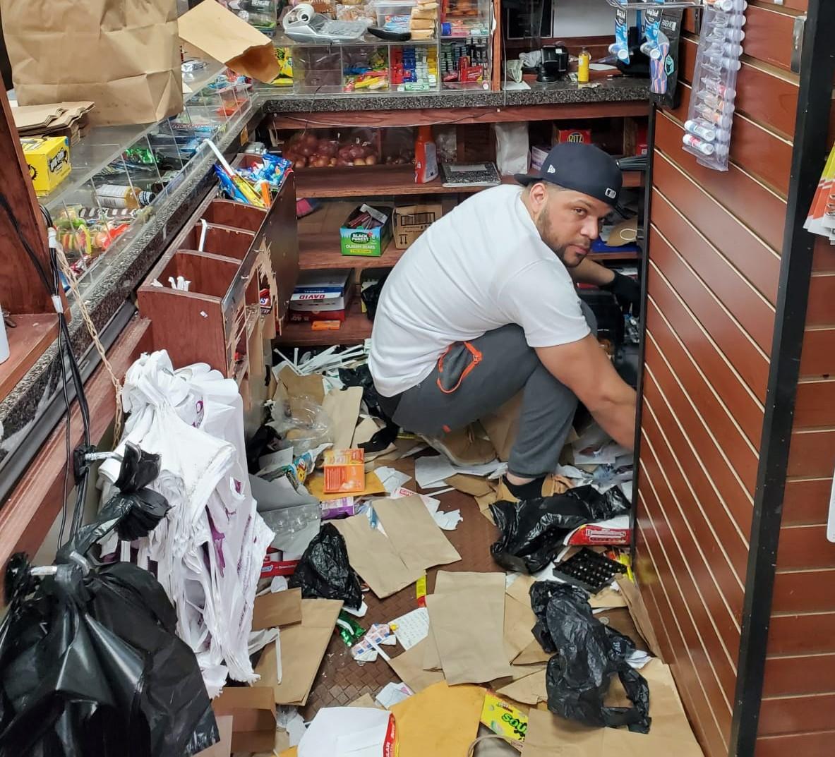 """Hispanos víctimas de saqueos en El Bronx tratan de """"recoger los vidrios"""" de una doble tragedia"""