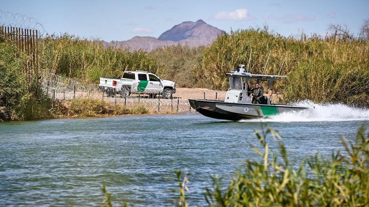 """La Patrulla Fronteriza rescató a un """"coyote"""" de morir ahogado mientras traficaba personas"""
