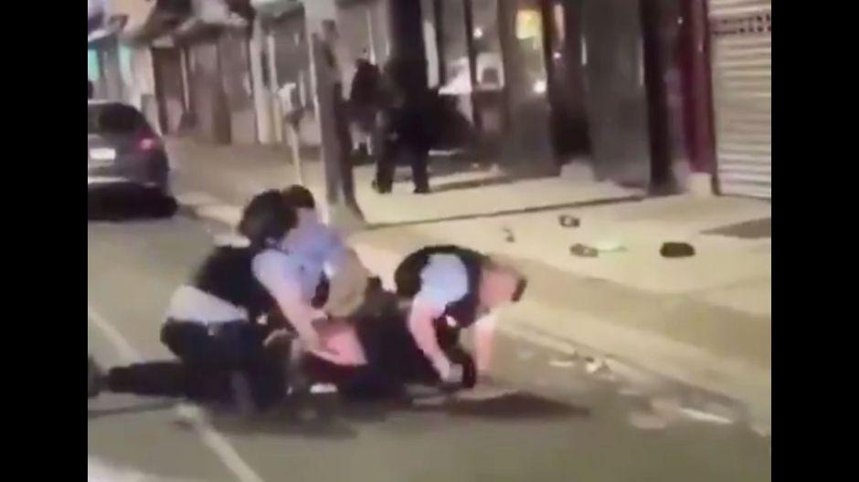 En video: Policía coloca una macana en la mano de un detenido para golpearlo en una protesta