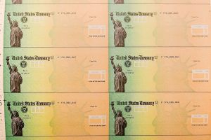 IRS ya va por 12 lotes de pagos por tercer cheque de estímulo y los depósitos y envíos de cheques por correo continúan semanalmente