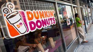 Mujer queda en ridículo al discutir con empleada de Dunkin' Donuts por no saber cuántas donas hay en una docena