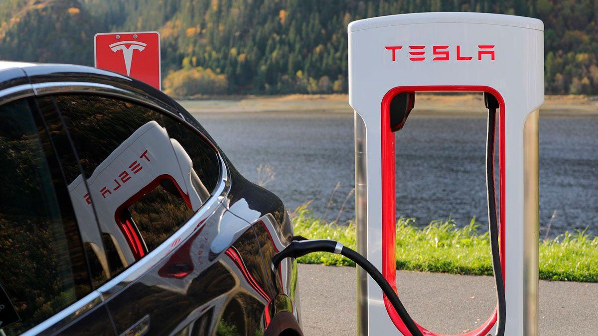 """Nueva York bloquea """"sin analizar"""" plan Revel de usar taxis eléctricos Tesla para competir con Uber y Lyft"""