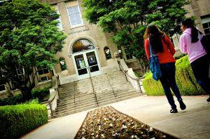 Juez permite ayudas federales a estudiantes indocumentados de California