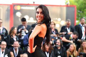 Así se viste Georgina Rodríguez para un 'viaje de negocios', y lleva consigo un elegante bolso Hermès