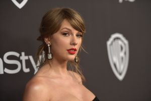 Con un corto vestido camisero, Taylor Swift se sube a la mesa de billar para ganar un juego