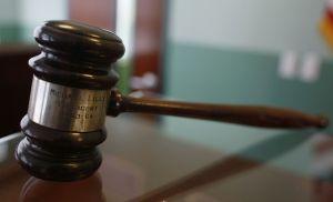 Abogada que estrelló auto contra vivienda de exesposo en Florida no podrá ejercer la profesión
