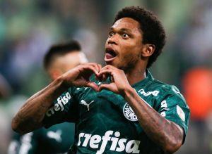 Esposa de futbolista brasileño recibió amenazas por casarse con un 'hombre negro'