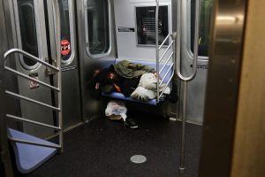 """Plan para erradicar a desamparados del metro de Nueva York es """"costoso e ineficaz"""""""
