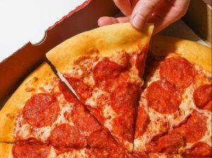 Pareja de Ohio compra pizza en Little Caesars y descubren mensaje nazi oculto