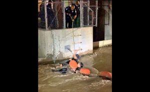 Huían de 'La Migra' y se los llevó la corriente de agua de un canal