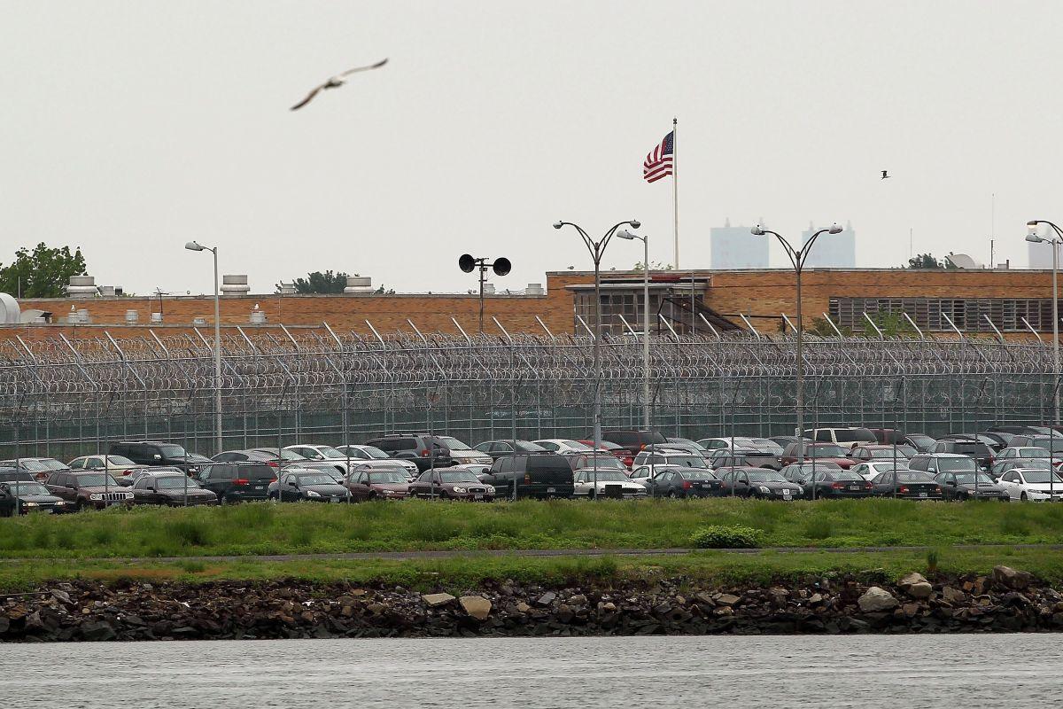 Oficial de prisiones y cómplice mujer acusados de traficar drogas en Nueva Jersey