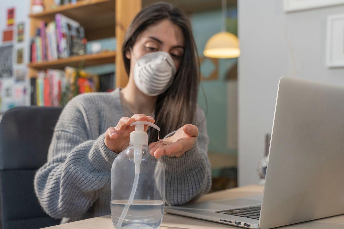 Los 3 problemas de la piel que se agravan con el uso de mascarillas y gel anitbacterial