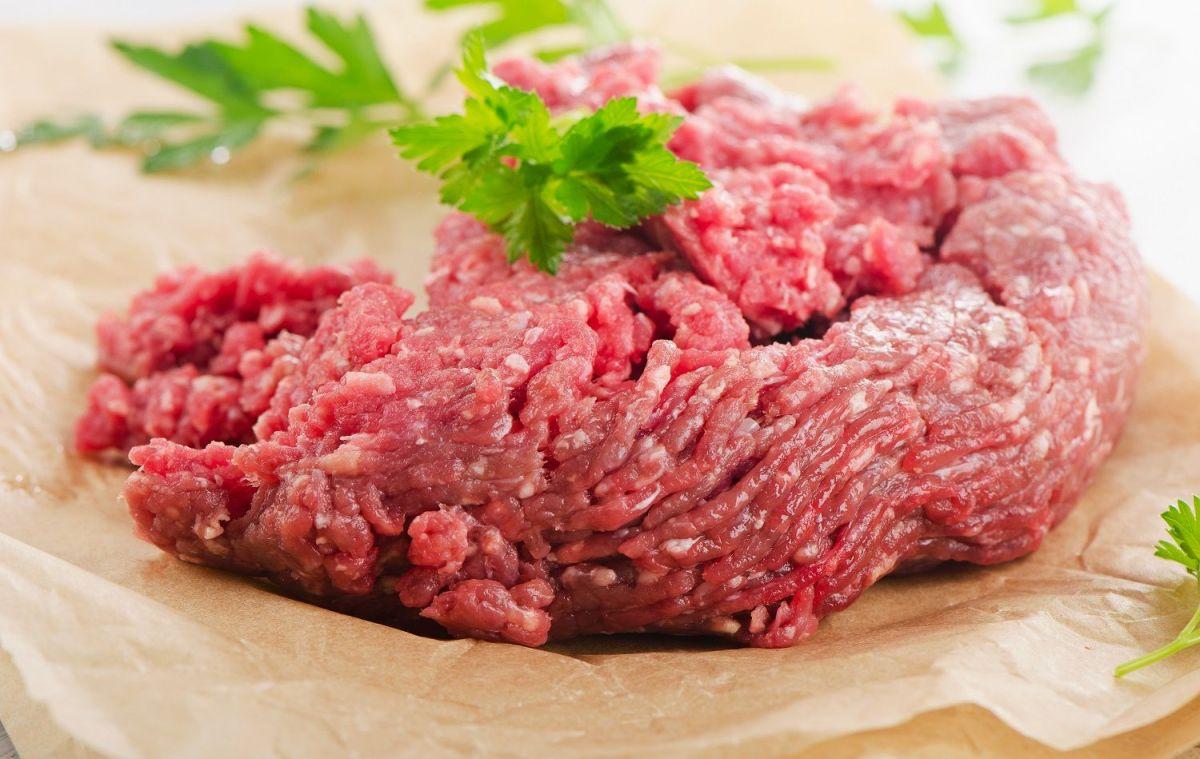 Revisa en tu refrigerador: Retiran más de 42,000 libras de carne molida cruda por contaminación de E. coli